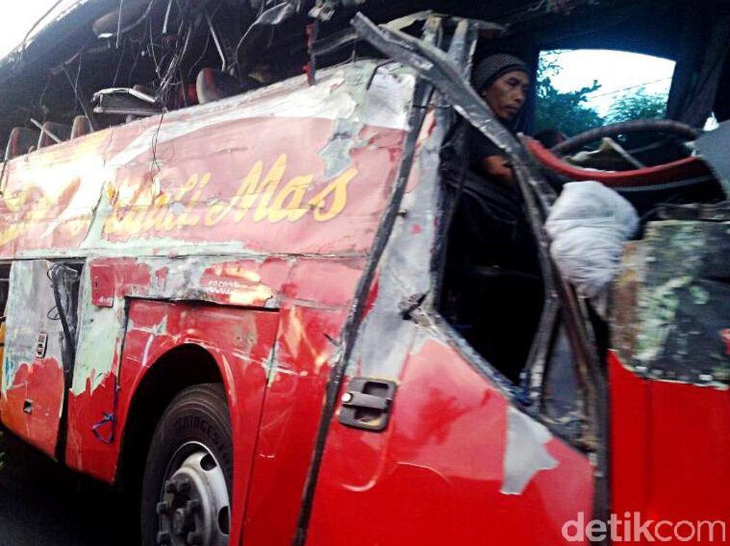 Bus vs Truk di Probolinggo Tewaskan 10 Orang