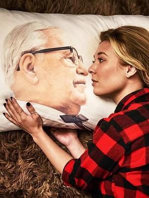 KFC Rilis T-shirt Hingga Pita Leher Terinspirasi Kolonel Sanders