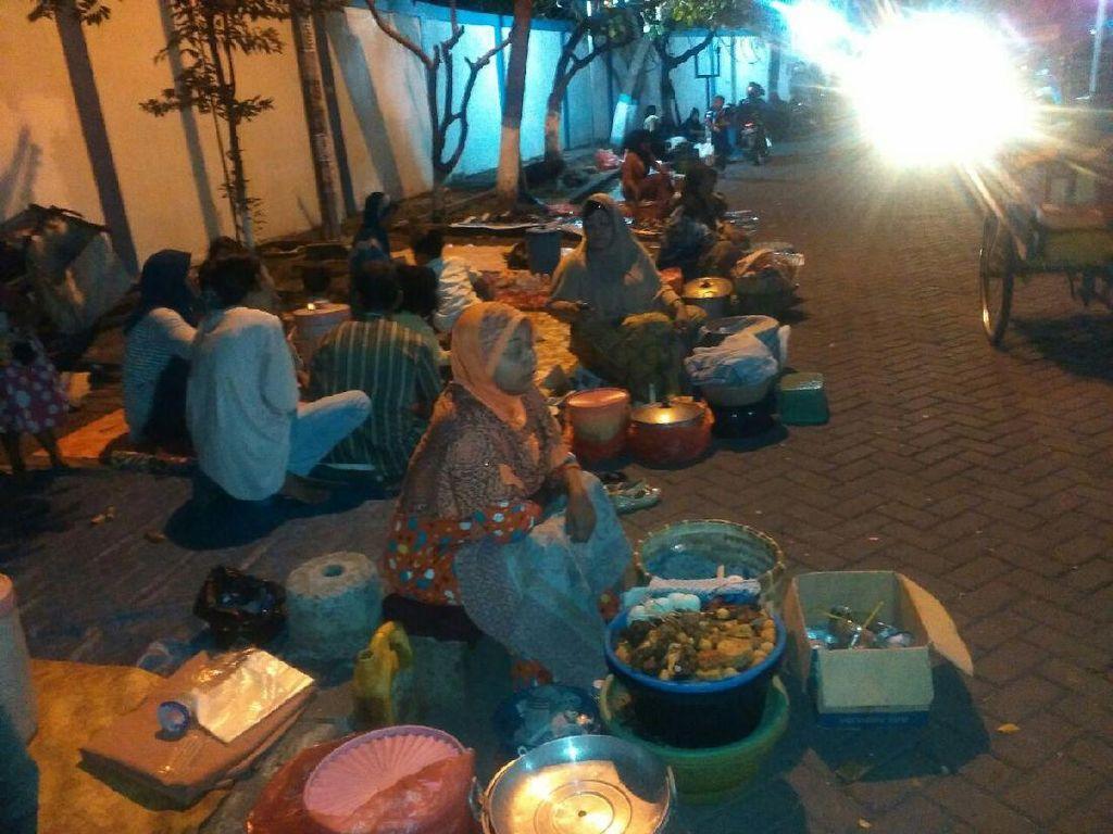 Pemkab Geser Penjual Nasi Boranan ke Dalam Areal Plaza Lamongan