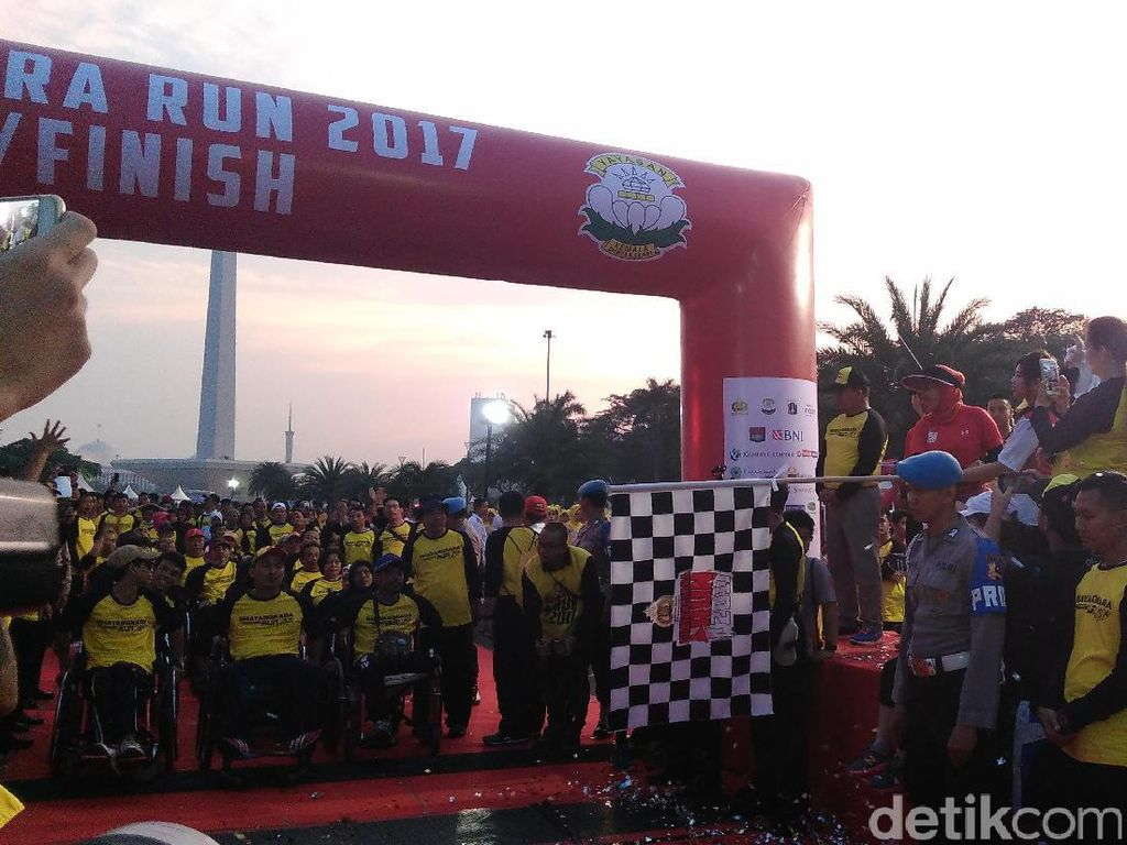 Tak Mau Kalah, Warga Difabel Juga Ikut Lari 3 Km Bhayangkara Run