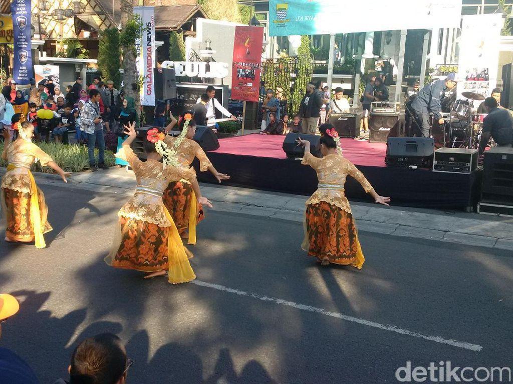 Meriahnya Pentas Seni Budaya di CFD Dago