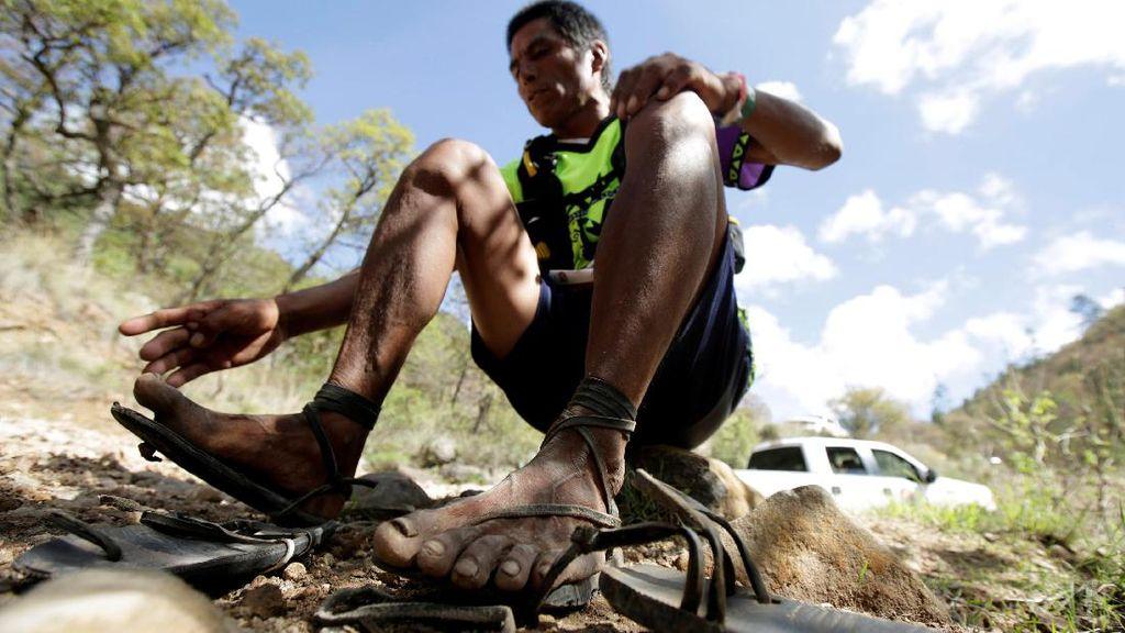 Suku ini Ikuti Lomba Marathon Menggunakan Sandal