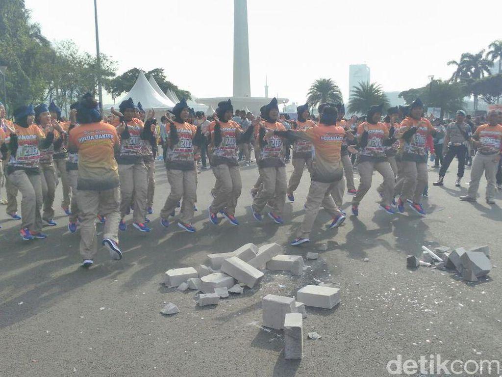 Bhayangkara Run, Polwan Banten Debus Makan Bohlam