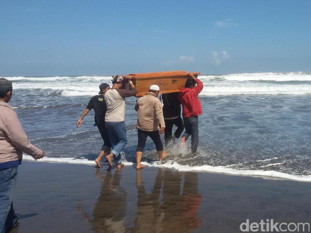 Sekelompok Warga Gelar Larung Bawono di Pantai Selatan Yogyakarta