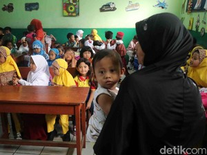 Orang Tua Ramai-ramai Antar Anak ke Sekolah