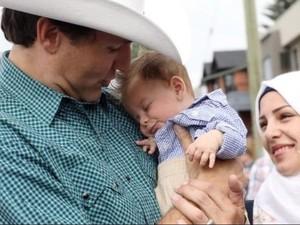 Saat PM Kanada Memeluk Bayi Suriah yang Bernama Justin Trudeau