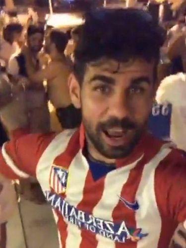 Diego Costa Berpesta Pakai Jersey Atletico Madrid