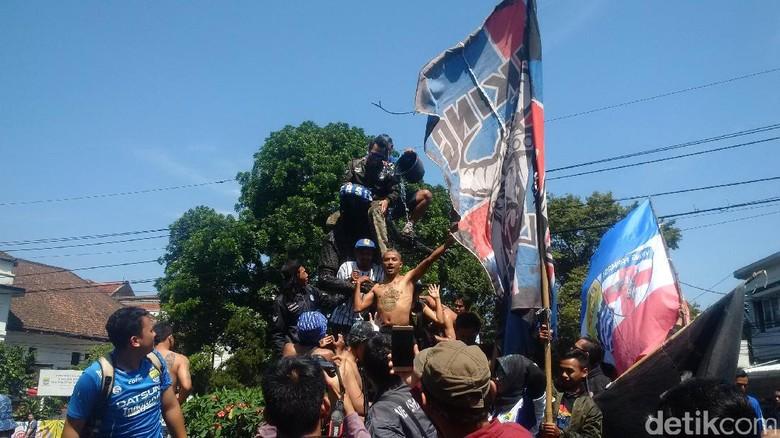 Rayakan Ultah, VPC Konvoi dan Bersihkan Patung Legenda Persib