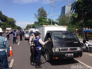 Razia Kendaraan di Frontage Road Ahmad Yani, Pengguna Jalan Kaget