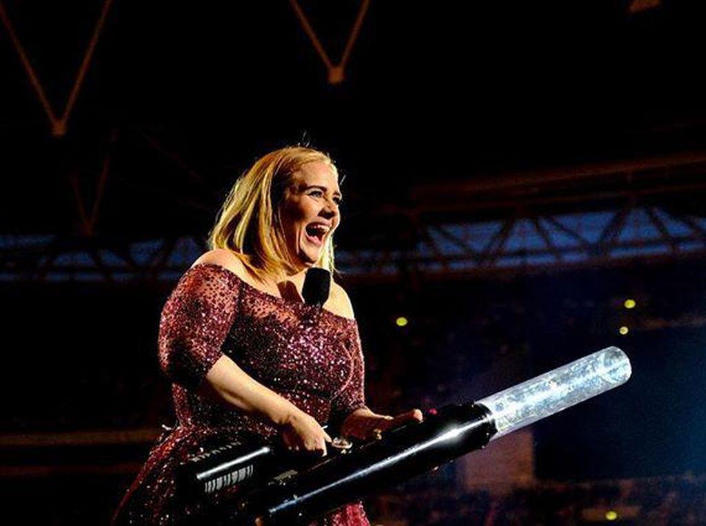 Tulis Pesan Menyentuh, Adele Kasih Kode Album Baru