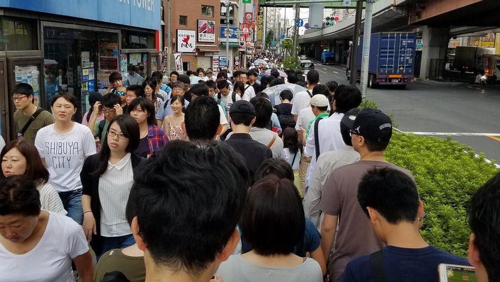 Antrean Luar Biasa Panjang, Warga Jepang Tetap Sabar