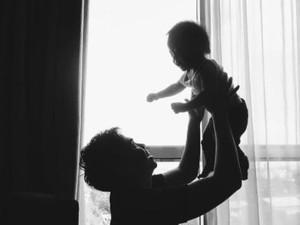 Foto: Lucu! Saat Ayah Seru-seruan Sama Anak Laki-lakinya
