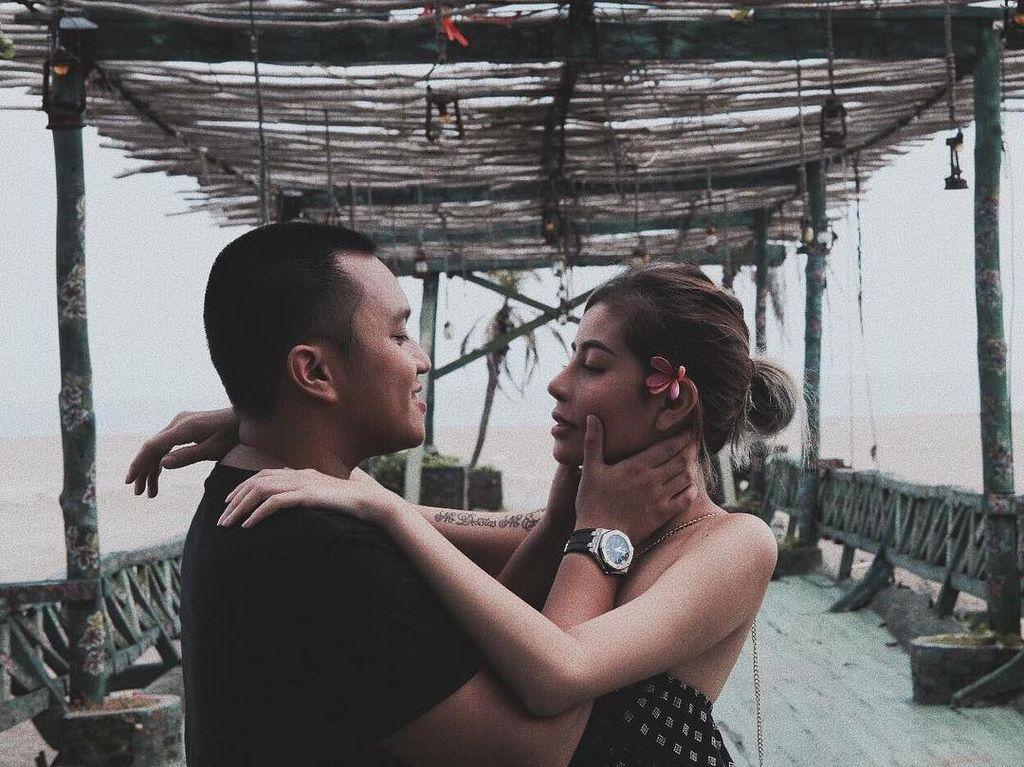 Mengenang Liburan Awkarin dan Oka Mahendra di Bali