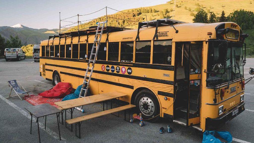 Kreatif! Bekas Bus Sekolah Ini Dijadikan Hostel Berjalan