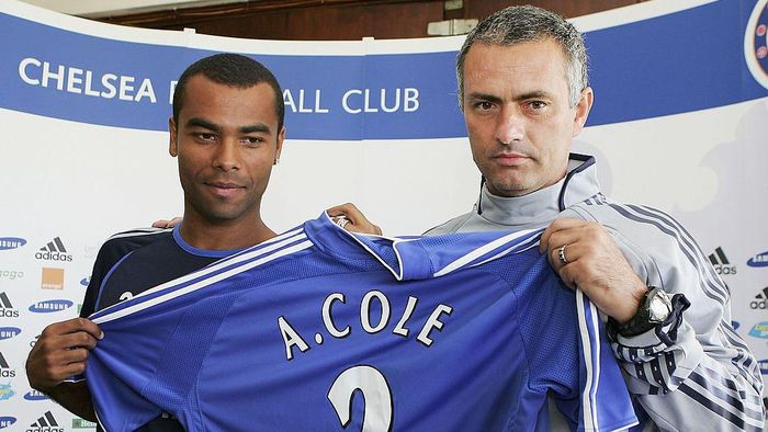COBHAM, UNITED KINGDOM - SEPTEMBER 08:  New Chelsea signing Ashley Cole (L) and manager Jose Mourinho pose for photos before a press conference at the Chelsea training ground on September 8, 2006 in Cobham, England.  (Photo by Julian Finney/Getty Images)