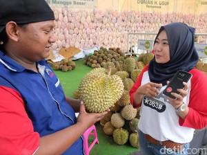 Jajan Durian, Bayarnya Cukup Tempel Ponsel Saja