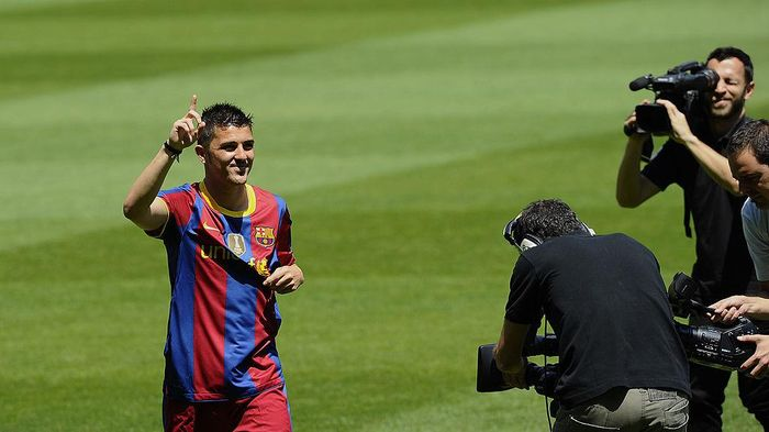 BARCELONA, SPAIN - MAY 21:  Barcelonas new signing David Villa waves to the fans during his presentation at the Camp Nou stadium on May 21, 2010 in Barcelona, Spain.  (Photo by Siu Pong Wu Lau/Getty Images)