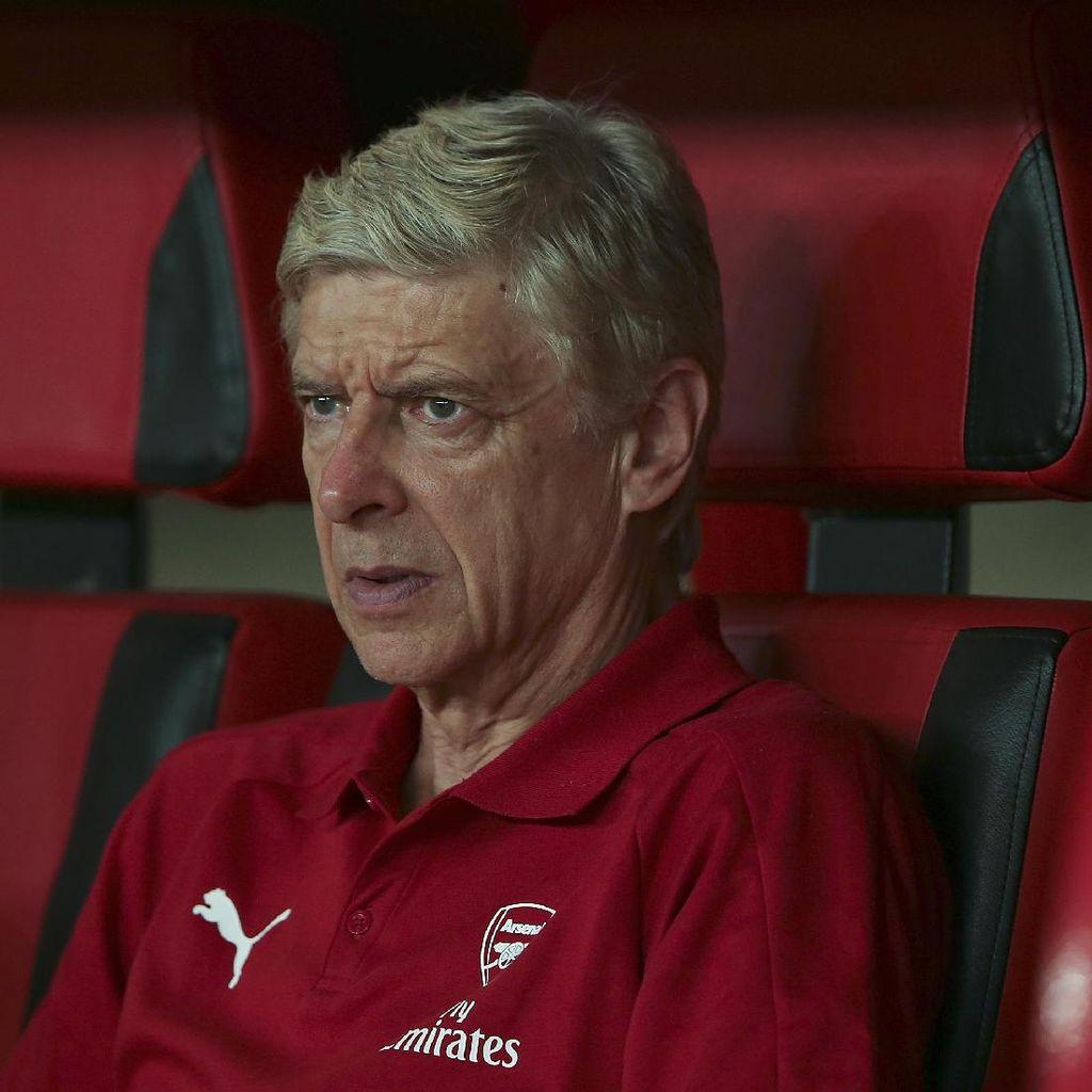 Saat Sepatu Merah Wenger Curi Perhatian Pendukung Arsenal