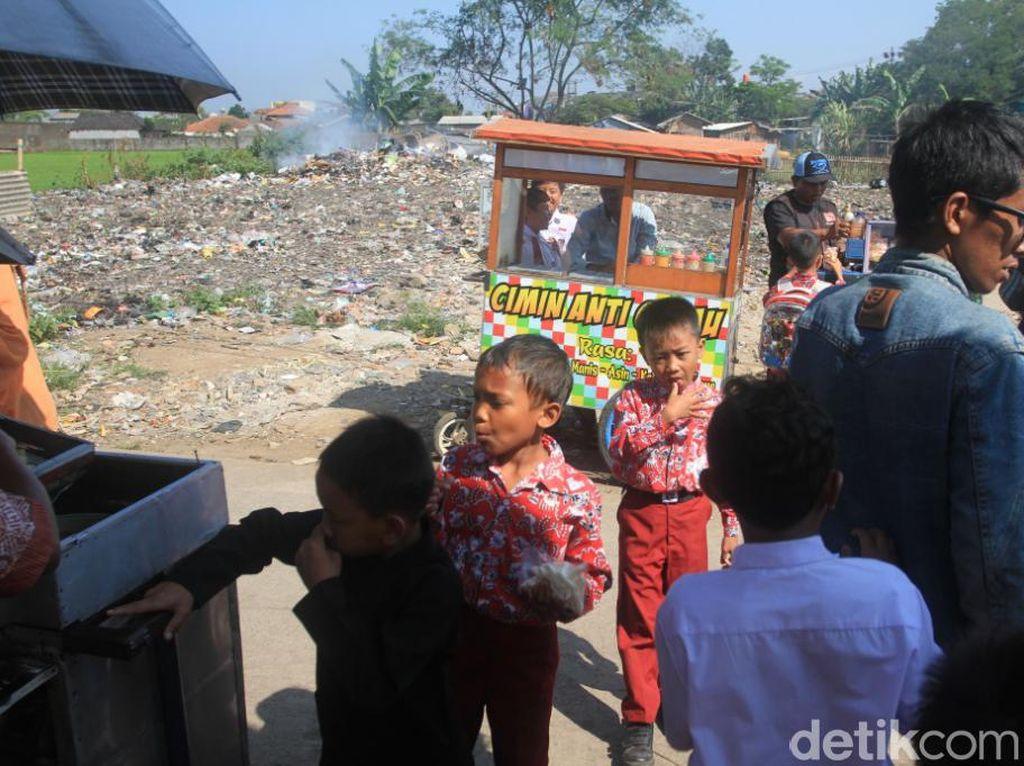 Siswa SD Rancaekek Bandung Ini Terpaksa Belajar dengan Aroma tak Sedap