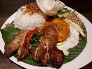 Saigon Delight: Nikmatnya Broken Rice Berlauk Komplet dan <i>Sandwich</i> Ayam Serai yang Wangi