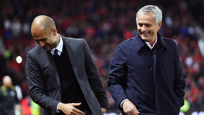 Jose Mourinho dan Pep Guardiola dalam duel Derby Manchester. (Foto: Michael Steele/Getty Images)