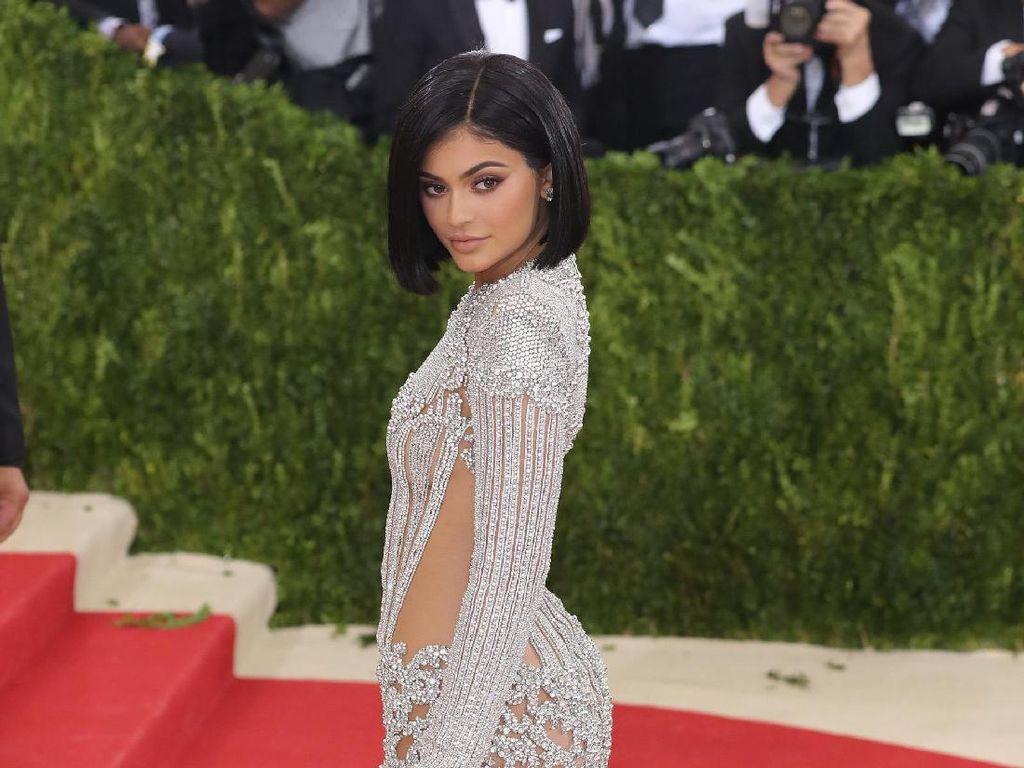 Tersebar Foto Kylie Jenner dengan Perut Hamil