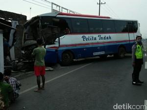 Bus Pelita Indah Tabrak Rumah Warga di Jombang, Tujuh Orang Luka