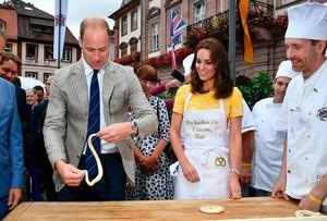 Serunya! Pangeran William dan Kate Middleton Belajar Bikin Pretzel di Jerman
