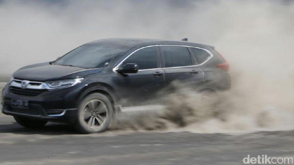 Aksi Honda CR-V Turbo Bermain di Pasir Bromo