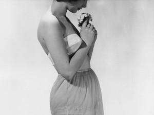 Foto: Bentuk-bentuk Pakaian Dalam Wanita dari Masa ke Masa