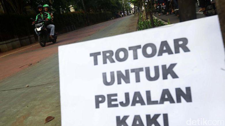 Viral Pejalan Kaki Dipukul Pemotor di Trotoar, Begini Kejadiannya
