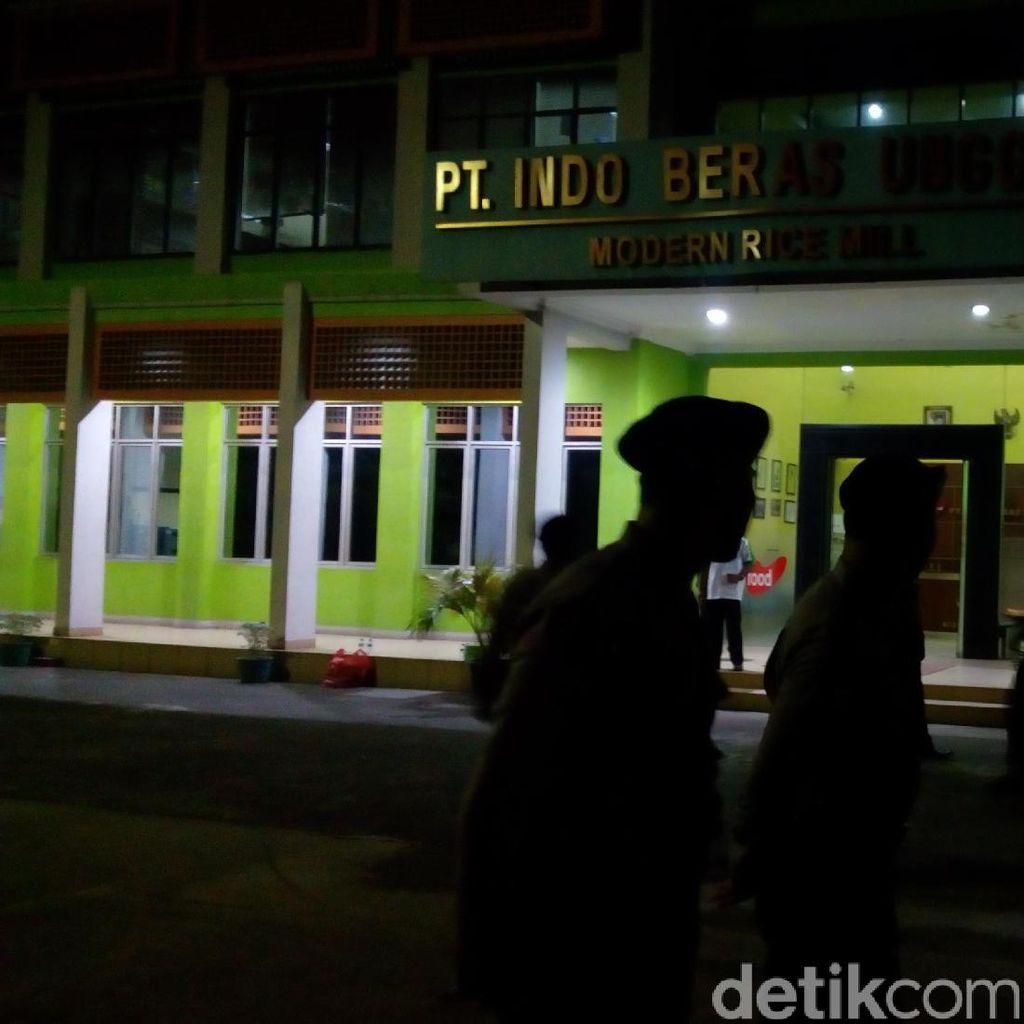 Polisi Jaga Ketat Pabrik Beras di Bekasi