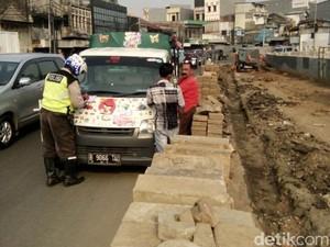 Polisi Tilang Mobil Odong-odong di Jatinegara