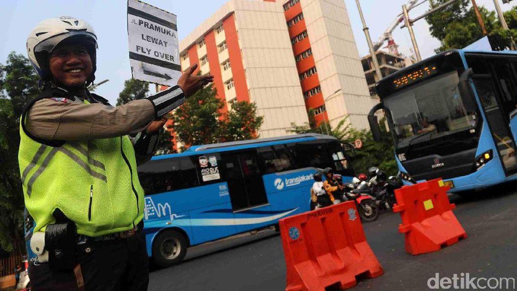 Urai Kemacetan di Matraman, Polisi Berlakukan Pengalihan Arus