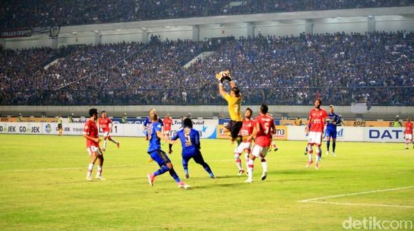 Persib Diimbangi 10 Pemain Persija 1-1