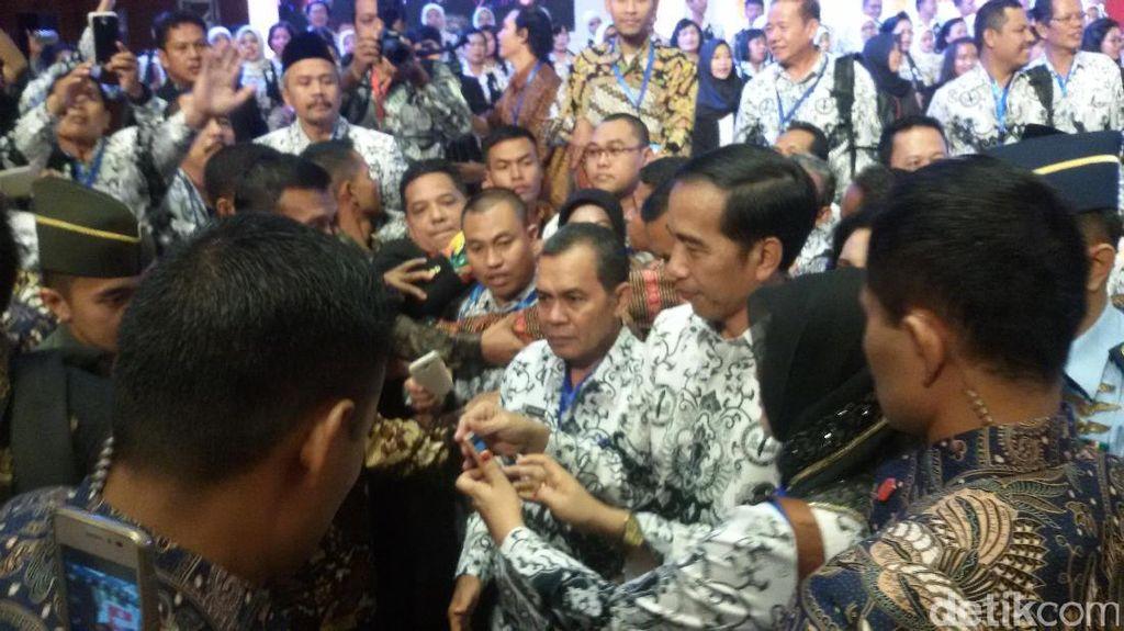Berseragam PGRI, Jokowi Disambut Ribuan Guru