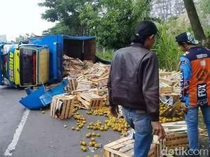 Avanza Tabrak Truk Bermuatan Jeruk di Pati, Satu Orang Tewas
