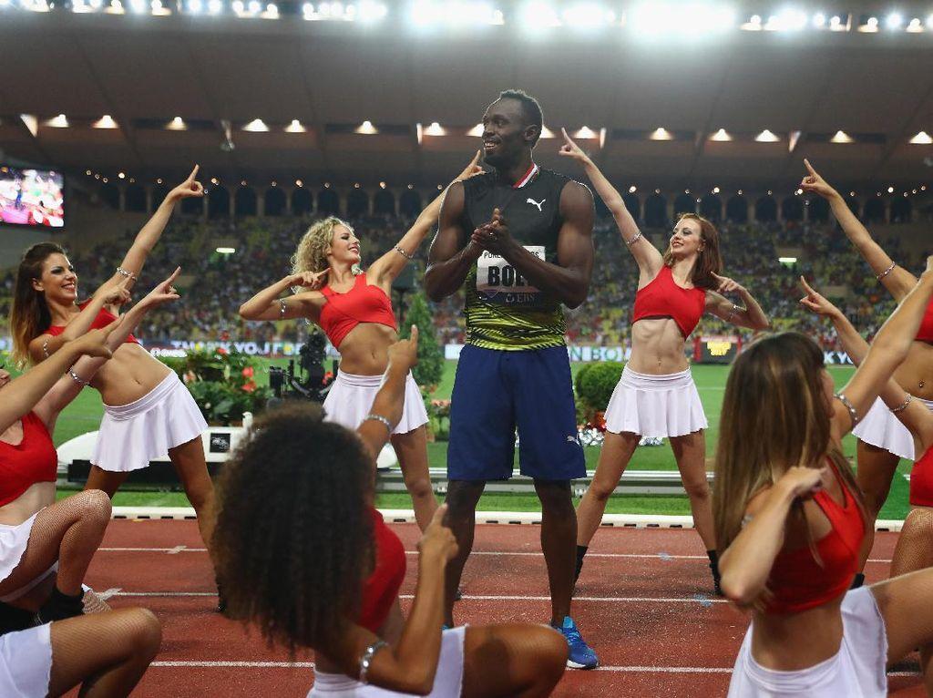 Ketika Usain Bolt Dikelilingi Cheerleader Seksi di Garis Finis