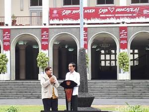 Canda Mahasiswa Tagih Sepeda ke Jokowi Usai Jawab Kuis di UGM