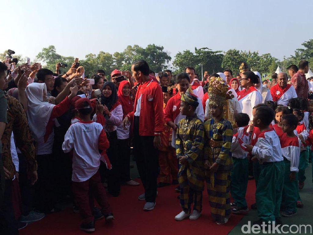 Jokowi Main Sulap di Depan Anak-anak, Iriana Jadi Asistennya