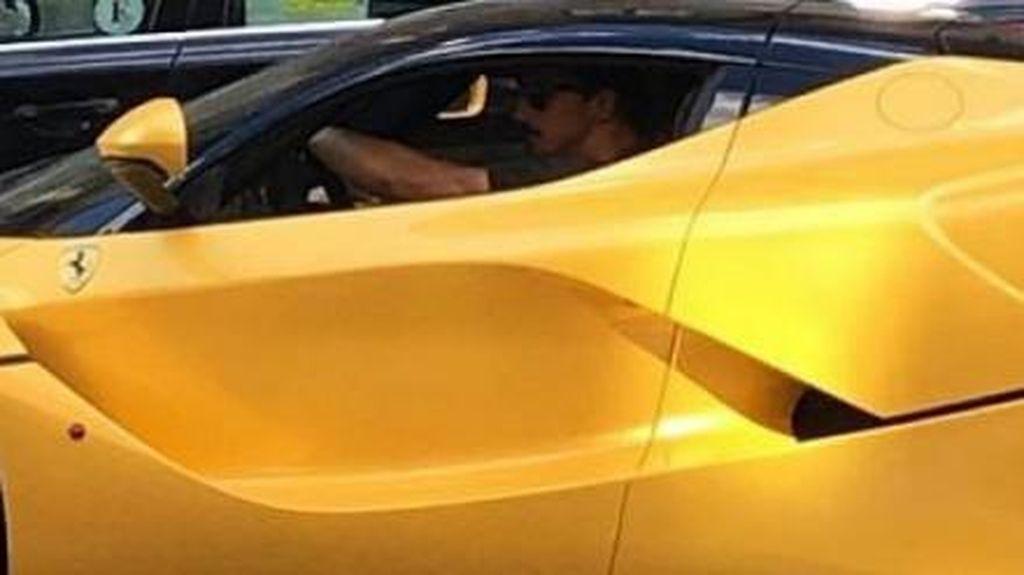 Zlatan Ibrahimovic Jalan-jalan Naik Ferrari