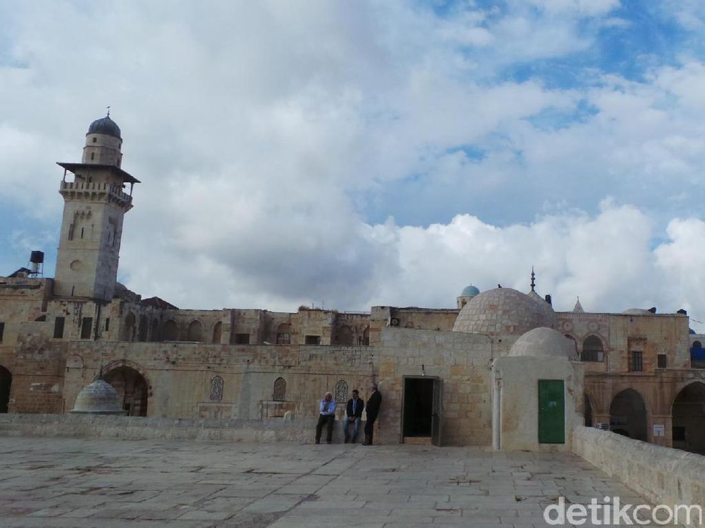 Kebakaran Melanda Kompleks Al-Aqsa Saat Katedral Notre-Dame Dilalap Api