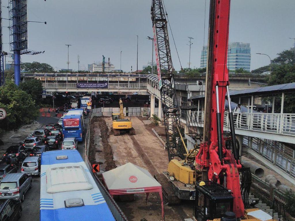 Foto: Jalur Cepat Ditutup, Begini Kemacetan di Kuningan-Mampang