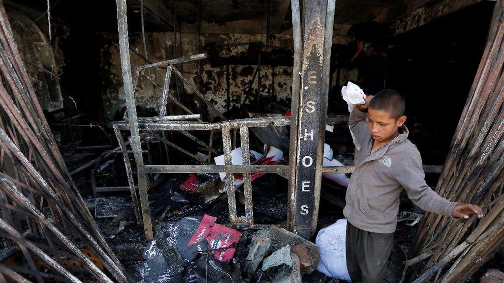 Saat Bocah Afganistan Kumpulkan Puing Pasca Bom Bunuh Diri