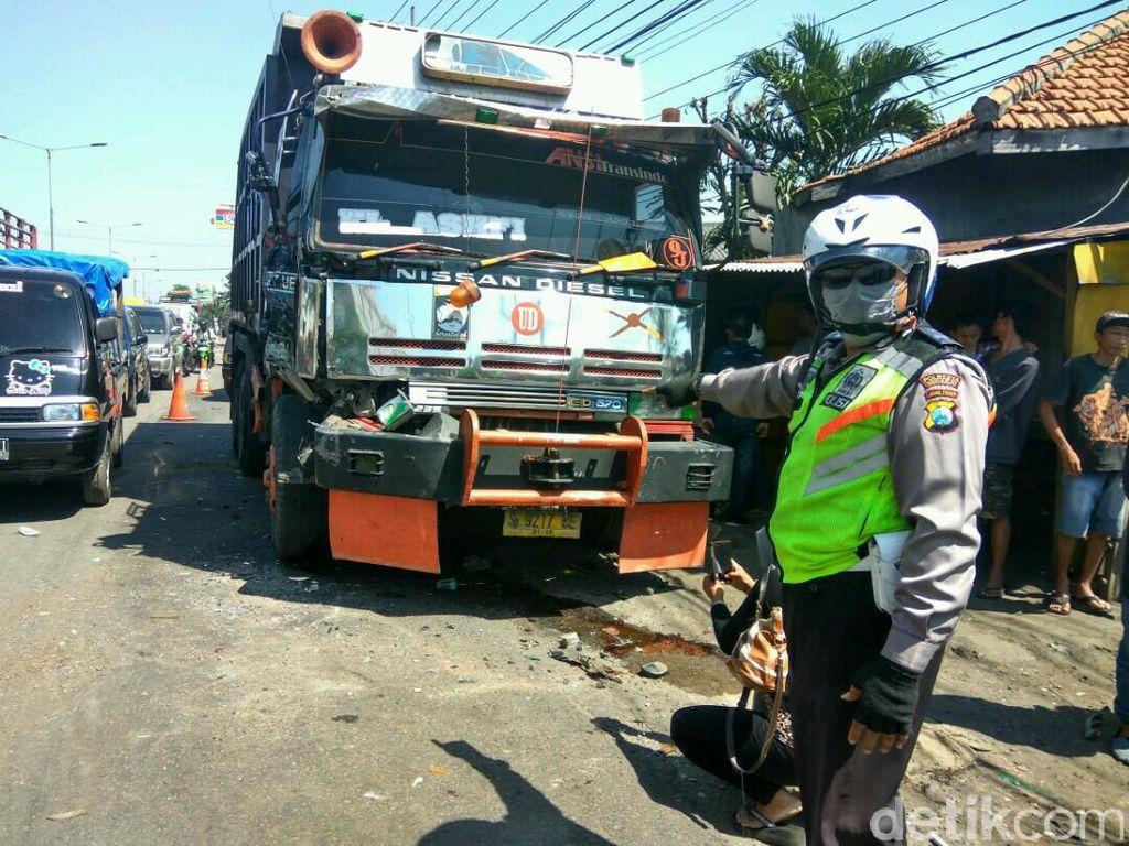 Dump Truk Rem Blong Tabrak 9 Motor dan Pikap, Satu Orang Meninggal