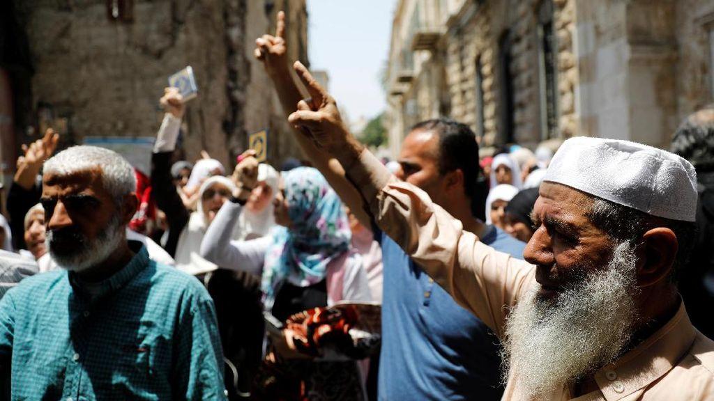 Foto: Begini Aksi Protes Warga Palestina di Luar Masjid Al-Aqsa
