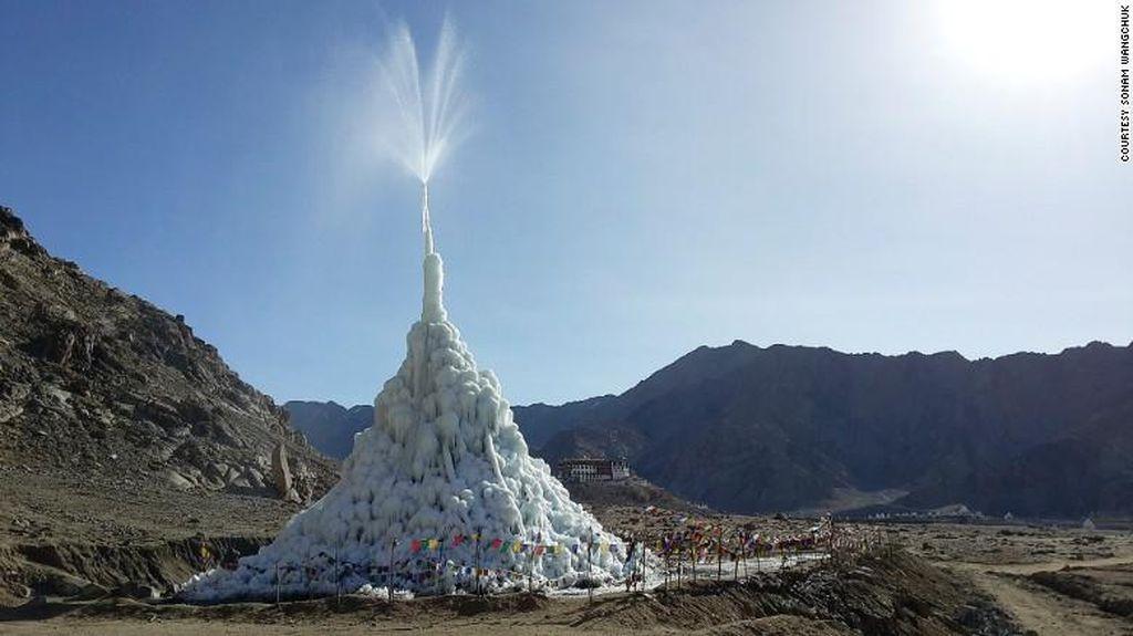 Wow, Ada Stupa dari Es di Padang Pasir