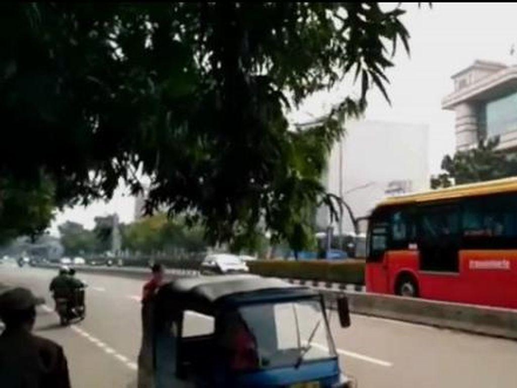 Foto: Di Tempat Ini Pemobil Masuk Busway dan Dipaksa Mundur TransJ