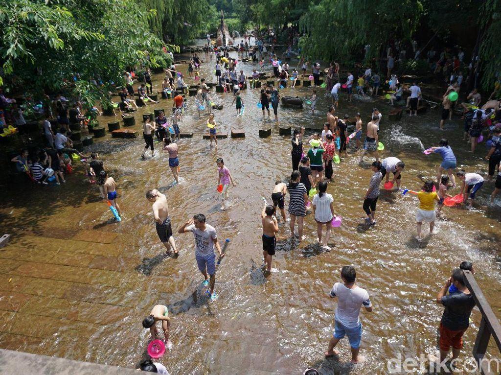 Foto: Lautan Manusia Saat Libur Musim Panas di China