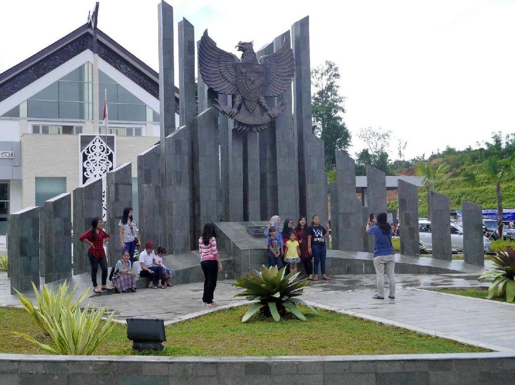 Perbatasan Entikong yang Megah, Jadi Favorit Turis Buat Foto-foto
